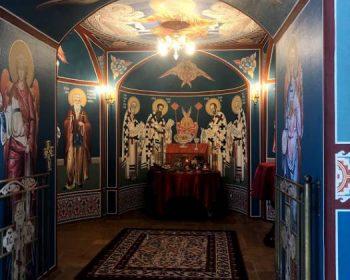 В храма е обособен малък параклис за изповеди и молитви